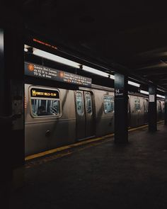 New Yorker U-Bahn - World: Gotham - Transport Night Aesthetic, City Aesthetic, Aesthetic Grunge, Aesthetic Photo, Aesthetic Pictures, Aesthetic Japan, Arduino Code, New York City, The Garden Of Words