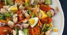Most, hogy itt a hideg, előtérbe kerülnek a nehezebb, tartalmasabb ételek, de ritkán jól esik egy könnyű, mégis gazdag saláta. Tele van fris... Cobb Salad, Food, Meal, Eten, Meals