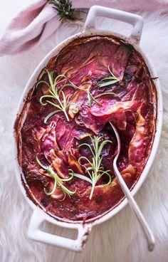 Punajuuri-mozzarellalaatikko Finnish Recipes, Ratatouille, Mozzarella, Side Dishes, Cabbage, Food And Drink, Beef, Dinner, Vegetables