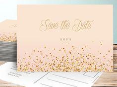 Der Text der Save the Date Karte ist simpel: Auf der Vorderseite reicht als Text Save the Date und das Datum. Auf der Rückseite schreibt ihr noch...