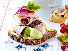 Smørrebrød (dänische Brothappen) mit Schweinebraten