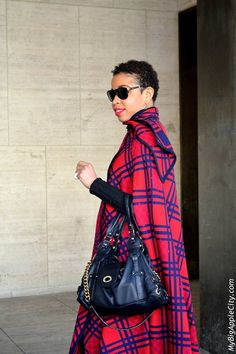 Enough of these boring black capes! Choose a scottish pattern in red and blue, wear your handbag stylishly on your arm, pick your most elegant pair of sunglasses and you are good to go!