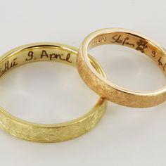 Trauringe Mittelgold und gelbgold mit Handschrift und Symbol. Lasergravur