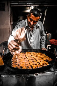 A man stands over a large pan making a traditional sweet called jalaibi. Village Photography, Indian Photography, Travel Photography, Street Photography, Comida India, Spiced Coffee, Photography Competitions, Indian Sweets, Healthy Diet Recipes