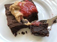 Jeg har hatt lyst til å teste søtpotetkake en stund nå, og kom på at jeg så en oppskrift i Shape up for en stund siden. Jeg fant den frem, og mekket sammen en sjokoladekake før jeg hentet kidsa i barnehagen! Resultatet? Brownie konsistens. Saftig og søt. Mektig. Minner absolutt om sjokoladekake. God alene, men … Brownies, Beef, Desserts, Food, Eat, Cake Brownies, Meat, Tailgate Desserts, Deserts