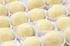 Delícia de doce,você vai amar. Ingredientes 1 lata(295g)de leite condensado 1 xícara(100g)de queijo meia cura ralado 3 gemas Manteiga para untar Açucar granulado fino para