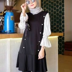 Tunik audi Price : 🍒 Colour : geser kanan 🍒 Size : fit L 🍒 Matt . Modern Hijab Fashion, Muslim Fashion, Trendy Fashion, Casual Hijab Outfit, Casual Outfits, Fashion Outfits, Summer Outfits, Diy Summer Clothes, Clothes 2018
