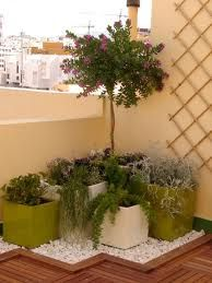 Balcones on pinterest small balconies balconies and for Decoracion patios pequenos
