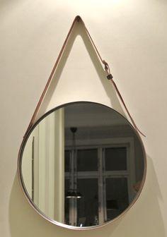 Matériel : – GRUNDTAL, Miroir, acier inoxydable (902.452.39) – Ceinture en cuir d'environ 240cm – Outil pour rivet – Rivets – Un marteau – Perforatrice – Colle – Pinces Description : Voici comment fabriquer un miroir qui ressemble au fameux «Miroir Gubi». Entourez le miroir avec la ceinture, fermez la boucle. Utilisez de la colle, en couche assez épaisse pour s'assurer que la ceinture est maintenue en place. Laissez sécher pendant environ 24 heures. Vous pouvez aussi utiliser des sangles…