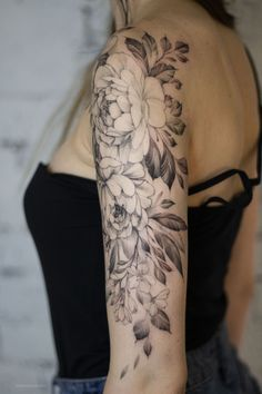 Flower tattoos are a great idea for those who like feminine tattoos. Flower tattoos for girls can be large and small, both in soft pastel colors and full of bright colors. Hand Tattoos For Girls, Arm Band Tattoo For Women, Shoulder Tattoos For Women, Sleeve Tattoos For Women, Quarter Sleeve Tattoos, Pretty Tattoos, Cute Tattoos, Flower Tattoos, Body Art Tattoos