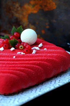 Punaherukat pullistelevat pensaissa, joten nyt on aika leipoa niistä jotakin. Olen ihan hurahtanut näihin kaikkiin ihaniin silikonivuok...