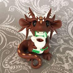 Hot Cocoa Dragon by DragonsAndBeasties Polymer Clay Dragon, Polymer Clay Animals, Cute Polymer Clay, Cute Clay, Polymer Clay Creations, Polymer Clay Crafts, Diy Clay, Sculpture Clay, Sculptures