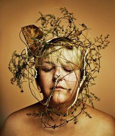 Ojos cerrados y ramas secas