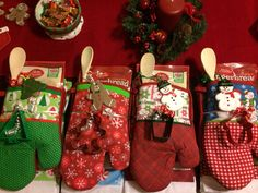 DIY Christmas Gift Baskets That Are Stuffed To The Brim With Adorable Christmas Gifts – Hike n Dip - Diy christmas gifts Easy Diy Christmas Gifts, Christmas Gift Baskets, Teacher Christmas Gifts, Homemade Christmas, Christmas Fun, Holiday Gifts, Beautiful Christmas, Santa Gifts, Christmas Stockings