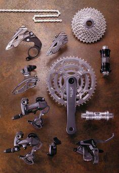 La historia del grupo Shimano XTR Bicicleta Shimano, Shimano Bike, 4 Wheel Bicycle, Bicycle Art, Garage Bike, Bike Components, Retro Bike, Bike Pedals, Snowboarding Gear