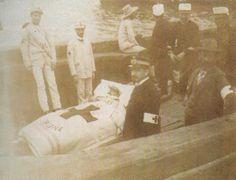 O Lazareto. Repatriados da guerra de Cuba embarcando cara o lazareto de Oza. (En: Historia del Colegio Médico de A Coruña)