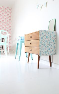 Here is another great idea for your furniture makeover – wallpaper. If you have old pieces of furniture and you don't have an idea what to do with it, we Wallpaper Furniture, Diy Wallpaper, Wallpaper Dresser, Casa Retro, Retro Home, Furniture Makeover, Diy Furniture, Vintage Furniture, Diy Tapete