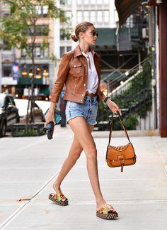 Gigi Hadid en sandales Tommy Hilfiger