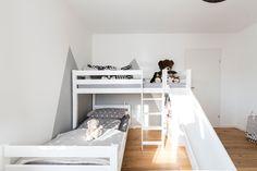Diese Traumhausbauer gestalteten dieses Kinderzimmer sowohl als Schlafraum, als auch als Spieloase. Bed, Furniture, Home Decor, Lofted Beds, Child Room, Decoration Home, Stream Bed, Room Decor, Home Furnishings