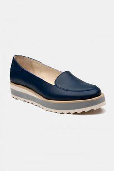 Zapatos para Mujer Color Azul Modelo Ultramar Gum. Los mejores amigos de todas las chicas, siempre listos para completar nuestros outfits sea invierno o sea verano; estamos hablando claro de los zapatos de mujer. Adorna tus piernas y todos tus looks con increíbles zapatos de mujer que reflejen tu estilo y acompañen tu ropa y que incluso sean el centro de atención. Encuentra los modelos más increíbles de zapatos de mujer en Fashoop visitando https://www.fashoop.com/mujer/zapatos-de-mujer.html