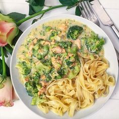♥ RECEPT: ROOMTAGLIATELLE MET BROCCOLI & ZALM (Runninglau) Tagliatelle con panna e salmone, Tagliatelle con panna e salmone, typical pasta classic from Italian cuisine, but just a little more 'light'. Best Pasta Recipes, Vegetarian Recipes, Healthy Recipes, Delicious Recipes, Pasta Carbonara, I Love Food, Good Food, Yummy Food, Pasta Met Broccoli