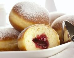 German Doughnut Recipe: Krapfen with Raspberry Jam You might know them as jelly doughnuts or Berliners. In most of Germany, these delectable, jam-filled treats are called krapfen. German Desserts, Just Desserts, German Recipes, Beignets, Donut Recipes, Cooking Recipes, Jam Donut, Pan Relleno, Breakfast Recipes