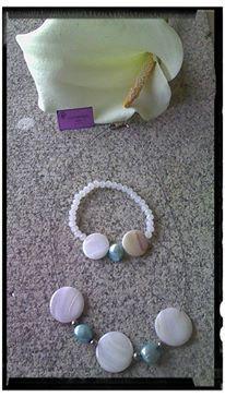 Conjunto de perla azul, nacar y plata de ley compuesto por:  Gargantilla con cierre de plata. Pulsera elástica.
