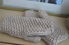 Free knitting patterns for adult gloves and mittens. Make a pair of mittens for yourself and another as a gift. Knitting Designs, Knitting Patterns Free, Free Knitting, Knitting Projects, Crocheting Patterns, Crochet Projects, Free Pattern, Mittens Pattern, Knit Mittens