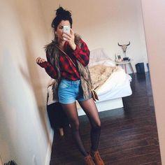 Aujourd'hui notre coup de coeur #lookdujour vient de @nashhcl avec sa tenue de cabane à sucre réinventée!  Tu veux toi aussi te retrouver en vedette sur l'accueil du site? Utilise le tag @lookdujour_ca avec le #lookdujour   #lookdujour #ldj #layers #ootd #plaid #shirt #short #fauxfur #sugarshack #inspired #cute #modemtl #style #pretty #outfitideas #cestbeau #inspiration #onaime #regram  @nashhcl