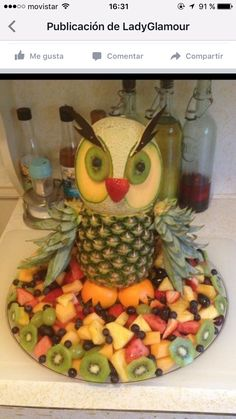 Discover thousands of images about I couldn't find a fruit tray for an owl without the pineapple shell. Fruit used is red and white grapes, strawberries, and pineapple. Fruits Decoration, Deco Fruit, Fruit Creations, Food Carving, Food Garnishes, Garnishing, Veggie Tray, Veggie Food, Edible Arrangements