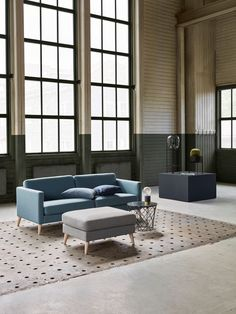 Sofa i ulltekstil og klar blåfarge med skrå hvitoljet treben Decor, Furniture, Room, Sectional Couch, Home Decor, Room Divider, Divider