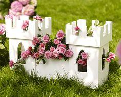 Märchenhafter Übertopf: Dieser Übertopf bepflanzt mit romantischen Rosen verwandelt den Garten in eine verwunschene Märchenlandschaft. Wir zeigen Ihnen, wie Sie das Dornröschen-Schloss selber bauen können.