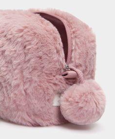Estuche pestañas - Neceseres - ACCESORIOS | Oysho Fashion Bags, Fashion Backpack, Cute Pencil Case, Cute Mini Backpacks, Cute Luggage, Fur Bag, Cute School Supplies, Diy Couture, Cosmetic Pouch