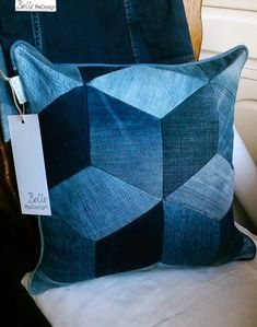 Nähen Belle ReDesign: Renewed nail cushion Caring Of A Tie If a tie could speak, it would implore yo Jean Crafts, Denim Crafts, Artisanats Denim, Denim Purse, Sewing Crafts, Sewing Projects, Blue Jean Quilts, Denim Quilts, Diy Pillow Covers