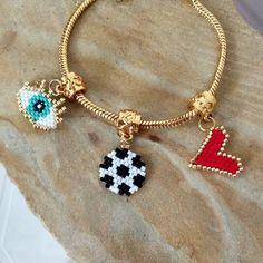 Y a propósito de la Copa América, tenemos este pedido especial en pulsera tipo pandora dijes en Miyuki delica, elige tu pulsera futbolera y… Bead Embroidery Jewelry, Beaded Embroidery, Jewelry Drawing, Jewelry Art, Pandora Jewelry, Pandora Charms, Brick Stitch, Bracelet Designs, Perler Beads