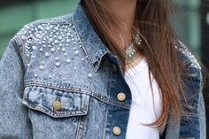 The hottest fashion trend: 10 pearl embellished denim outfits - Denim Jacket Outfit Diy Jeans, Jeans Sobre Jeans, Jean Diy, Ropa Upcycling, Estilo Jeans, Diy Vetement, Denim Ideas, Mode Jeans, Embellished Jeans