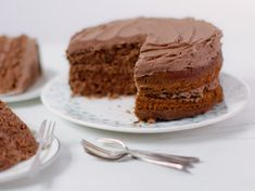Make a moreish chocolate cake for an afternoon tea or birthday with this simple recipe. Decorate with delicious, rich chocolate buttercream. Chocolate Buttercream Cake, Chocolate Cake Recipe Easy, Chocolate Fudge Cake, Chocolate Chunk Cookies, Melting Chocolate, Simple Chocolate Cake, Chocolate Biscuits, Buttercream Filling, White Chocolate
