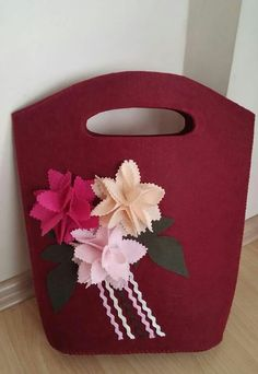 Beautiful flowers of red felt bag... :-)