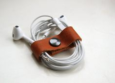 Ear phone cable organizer by designer Renske Solkesz Wooden Keychain, Leather Keychain, Leather Wallet, Leather Cord, Leather Craft, Headphone Wrap, Smartphone, Leather Workshop, Cable Organizer