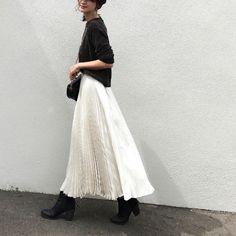 プリーツスカート色別コーデ【秋冬】23選|MINE(マイン) Long Skirt Fashion, Women's Fashion Dresses, Black Women Fashion, White Fashion, Daily Fashion, Love Fashion, Mein Style, Evening Outfits, Elegant Outfit