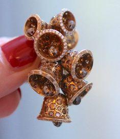 Suzanne Syz boucle d'oreille cloche ©BérengèreTreussard2017 Couture, Napkin Rings, Cufflinks, Accessories, Boucle D'oreille, Locs, Haute Couture, Wedding Cufflinks, Napkin Holders