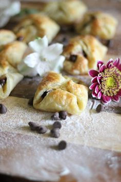 Super easy, delicious, mouth-watering, Mini Croissant. This is will be the hit in any type of party. Milk Tea Recipes, Sweets Recipes, New Recipes, Mini Croissants, Delicious Desserts, Yummy Food, Dessert Table Decor, Western Food, Banana Cream