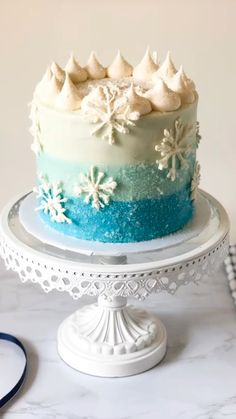 Learn how to make this icy blue snowflake cake thats perfect for winter! This snowflake cake is simply beautiful with th Homemade Vanilla Cake, Homemade Frozen Cake, Simple Frozen Cake, Elsa Frozen Cake, Bolo Frozen, Semi Homemade, Elsa Torte, Snowflake Cake, Frozen Birthday Cake