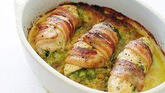 Αυτο το φαγητό δεν υπάρχει!Λαχταριστά ρολάκια κοτόπουλο με τυρι κρεμά και πιπερια τυλιγμένα με κρατσανιστο μπέικον!        Υλικα    4 φιλέτα από στήθος κοτόπουλου    90 γρ. τυρί κρέμα    χρωματιστες πιπεριες κομενες σε κυβάκια    8 φέτες μπέικον κομμένες στη μέση      Εκτέλεση    Πλένουμε τα στήθηκοτόπουλου και