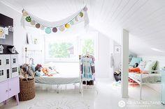 """Kirsi on yhtä iloinen, valoisa ja leikillinen kun koti. Siellä ollessa tuli tunne, että kotikin voi olla """"sielun peili"""". Juttu Kirsin kodista on Kotivinkki nro 10 lehdessä. Jutun lehteen kirjoitti Jonna Kivilahti."""
