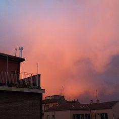 Confesso, non l'ho scattata ora, ma qualche giorno fa, dal terrazzo di casa mia. Come ogni fantastico #tramonto di #Bologna lo condivido rigorosamente #nofilter.