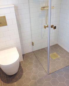 Nu finns äntligen serie twist på lager igen 😍 Här i färgen Modern Master Bathroom, Bathroom Wallpaper, Bathroom Sets, Shower Room, Bathroom Interior, Small Bathroom, Simple Bathroom, Bathroom Inspo, Bathroom Decor