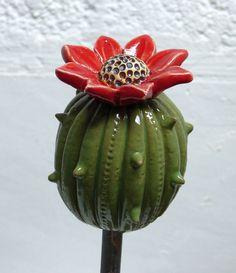 """Frei modelliertes florales Objekt **""""KAKTUSBLÜTE""""** aus frostfestem Steinzeugton. Höhe 10cm. Mit diesen  Schmuckstücken aus Keramik können Sie dekorative Farbakzente in Ihren liebevoll gestalteten..."""