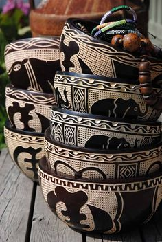 African Style 704813410411834737 - deco africaine, poterie africaine, table en bois Source by mvndzie African Crafts, African Home Decor, African Interior Design, African Design, African Theme, African Room, African Cake, African House, African Quilts