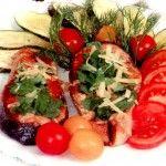 Жареный лосось с цукини и помидорами Для приготовления блюда Жареный лосось с цукини и помидорами необходимы следующие ингредиенты: 500 гр лосося, 2 цукини, 2 крупных помидора, помидоры черри для украшения, 100 гр сыра, петрушка, укроп, 100 мл красного вина, 100 мл масла растительного, перец молотый черный на пробу, соль на пробу.